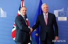英 신임 브렉시트 장관, EU와 첫 협상…여전한 견해차 드러내