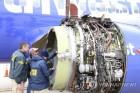 미 여객기 엔진 폭발, 대형 참사 막은 여성 조종사
