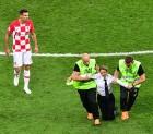 월드컵 결승전에 난입한 록그룹 ,15일 구류 처분
