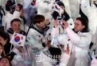 [경향포토] 평창 올림픽을 휴대폰에 담는 밥데용 코치
