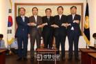 손잡은 문 의장과 교섭단체 원내대표들