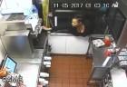 (영상) 창문 기어올라 콜라 훔쳐 마신 女 '딱걸렸어'