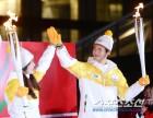 [포토] 성화 든 박보검, 눈부신 미소!