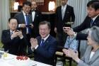 文대통령, 아베 총리로부터 취임 1주년 '깜짝 케이크 선물'