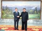 남북정상, 회담 마치고 포옹…南 서훈·北 김영철 배석