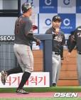 [오쎈 현장] '샘슨 믿었는데...' 데뷔전 패배 씁쓸한 한용덕 감독