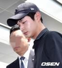'성추행·협박 혐의' 검찰 조사실 향하는 이서원
