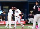 한 경기 2홈런 박병호, 베이스 돌다 통증에 '깜짝'