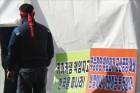 &<포토&> 천막농성장으로 들어가는 한국지엠 군산지회 노동자들