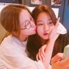 김새론X레드벨벳 예리, 과격한 우정 표현 '뽀뽀 쪽'