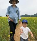 '둘째 임신' 가희, D라인 뽐내며 아들남편과 여행