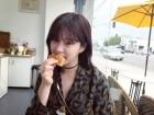 빵 먹는 이유비, 왜 이렇게 예뻐 '해외 여행 중 근황'