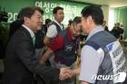 한국GM 노조원들과 인사 나누는 안철수 대표