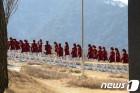 """[올림픽] """"귀한 구경했습니다""""…北 응원단, 인제스피디움 직원 위해 공연(종합)"""