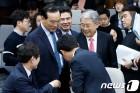 의원들과 인사하는 김동철 원내대표