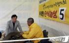 목포신항서 세월호 참사 유가족과 이야기 나누는 이낙연 총리