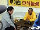 이야기 나누는 세월호 유가족과 이낙연 총리