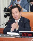 박수치는 김성태 운영위원장
