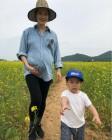 '임신 8개월' 가희, 가족과 즐거운 봄나들이