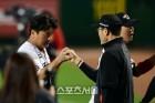 한용덕 감독, 결승포 날린 김태균과 승리 하이파이브