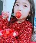 김미려 딸 모아, 바구니 품에 안고 딸기 먹방 '살아있는 인형'