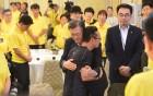 세월호 피해가족에 사과한 문재인 대통령, 눈물로 진상규명 약속