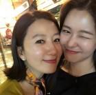김희애, 경수진과 얼굴 맞대고 친분 과시 '훈훈한 선후배의 좋은 예'