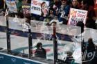 [NW포토]'여자 컬링 응원하는 관중들'