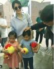 이영애, 남편·쌍둥이 자녀들과 함께한 '가족 나들이' 눈길…'여신 미모는 여전해'