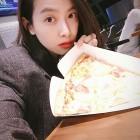 '엽기적인 그녀 2' 빅토리아, 피자보다 작은 얼굴 과시…'여전히 예쁨 유지'