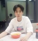 [근황] 플레디스 한성수, 뉴이스트 W JR(김종현) 근황 공개…'라면도 콜라도 냠냠'