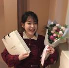 """'나의 아저씨' 아이유, 보조개 공주 강하나와 함께 '환한 미소 발사'…""""봄 처자들"""""""
