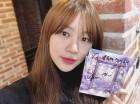 """[근황] 윤은혜, 소속사 후배 W24 사인CD 들고 '활짝'…""""따끈따끈"""""""