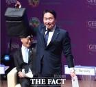 [TF초점] '홍보맨' 최태원 회장이 들고 온 백팩…연예계 '착한 소비' 트렌드 확산