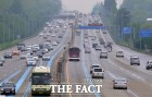 [고속도로 교통상황] 나들이 차량에 가다서다…오후 4~5시 절정