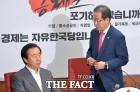 '자중지란' 한국당, '길 잃은' 한국 축구와 닮았다