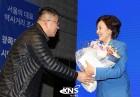 [KNS포토] 꽃다발 받는 박영선 의원
