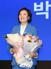 [KNS포토] 활짝 웃으며 꽃다발 안은 박영선 의원