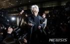 '성폭력 의혹' 이윤택 경찰 출석, 경찰 소환서 거듭 사과는 했지만...