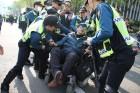 """[사진] 도로 점거하며 """"수용시설 폐지하라"""" …제압하는 경찰"""