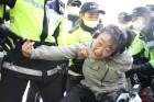 [사진] 도로 점거하며 장애인 복지 예산 확대 요구하는 장애인들, 가로 막는 경찰