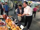 정우택 한국당 원내대표 청주 육거리시장서 장보기