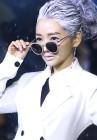 배우 윤송아, 미스터리디 패션쇼 메인모델로 런웨이에 올랐다… '백발'로 파격변신