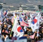 """""""박근혜 석방""""에서 """"문재인 퇴진""""으로"""